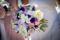 15 sorters blommor i en mixad sommarbrudbukett med pioner, rosor, brudslöja, prärieklocka.