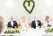 Brudpar vid honnörsbord under sin bröllopsmiddag med dekorationer av rosor, vitsippor, pärlhyacinter, freesia, murgrönshjärta.