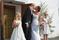 Sommarvigsel på västkusten, med rostema på bröllopsblommorna.