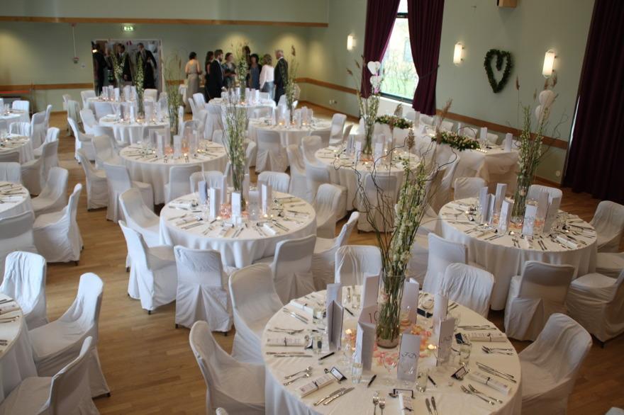 En hög bordsdekoration som vågar ta för sig på ett event eller fest.