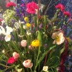 Vårig och färgsprakande blomsterdekoration av Florist Marinette i Varberg, Halland