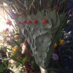 Eucalypthusblad som en detalj å en blomstrande solfjäder av Florist Marinette Månsson, Varberg, Halland