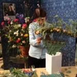 Florist Marinette Månsson i arbete med en miljö och återvinningsbar blomstrande solfjäder