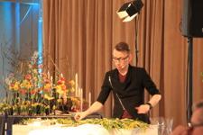 SteinAre Hansen jobbar med en blomsterkrans