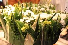 Detaljbild på en kronformad blomsterkrans
