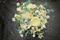 Vild, lantlig och ängs inspirerad brudbukett med sommarblommor i vitt och aprikost