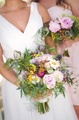 Brudbukett i trädgårdsblommor gjord av Florist Marinette i Varberg, Halland, till sommarbröllop.