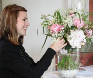 Florist Marinette vid dekorering av fest och event i Varberg, Halland.