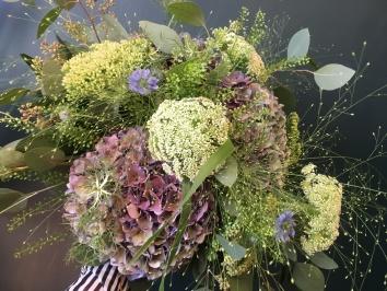 bukett i trädgårdsblommor gjord av Florist Marinette i Varberg, Halland, till sommarbröllop.