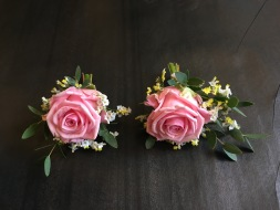 Knapphålsblomma corsage med ros till brudgum och bestman