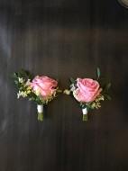 Knapphålsblomma corsage med ros