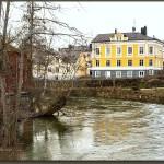 Utmed ån finns flera byggnader..