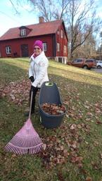 JULDAGEN krattar vi de sista löven mamma å jag .