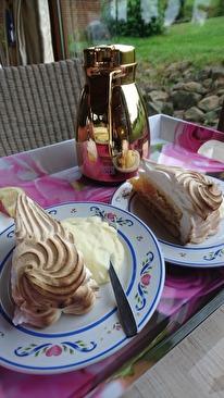 Å GOFIKA såklart! Marängäppelkaka med kaffe i guldtermos.