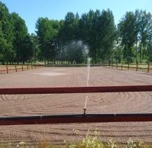 Bevattnad ridbana 20x60m och egen badstrand :). Även hästarna har ett bad !