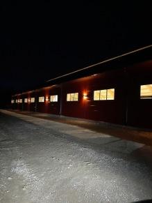 200402 Salvartorps fina ridhusfasad i mörkret.