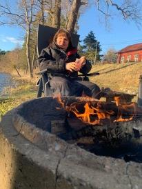Jag sitter på tjockt sittunderlag, har varm scoteroverall och vinterkängor :)