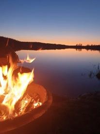 När vinden mojnat till en spegelblank sjö njöt vi av varmkorv, öl och solnedgång :)