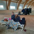 Emelie och Erika hann titta lite innan det var deras tur, och de var peppande och glada trots att morgonen var kall.