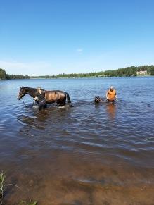 Lena visar Krosse hur man badar :)