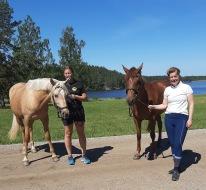 200615 När mammorna tar ponnyerna och kommer på ridäventyr :) Anna och Malin hade en egen ponnydag hos mig.