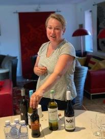 Anne-Carin berättar med inlevelse om kvällens utvalda viner :) och min öl :)