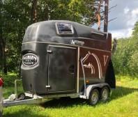 Min systers trailer finns till uthyrning !  1600kg med sadelkammare. 450:-/påbörjat dygn.  Står i Strängnäs hos Camilla Berg. Kontakta Sussie för bokning på 073-4335550 !