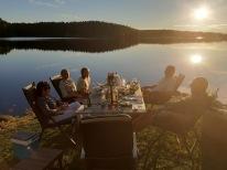 200731 Semester är att kunna bjuda vänner på mat en vardagkväll :) Att vädret är magiskt gör ju inget.