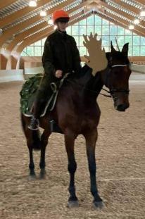 Ellen Öberg på Illiad Lavec var jägare och älg !. Älgen hade skotthål i pannan ! MASKERAD KM GULD på Häst.