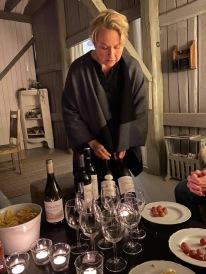 Anne-Carin förevisar och berättar om kvällens viner :) Tradition nu efter 9år !