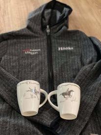 Goodiebagen innehöll en broderad fin och skön hoodie saamt två hästiga muggar till stallkaffet.