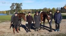 201017 Årets sista träningar ? Mia Kindmark med ryttarna Ellen och Elsa samt familj.