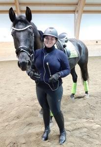 Amanda Svensson kom med sina två hästar, Newman och .......som är 3år.