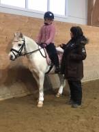 koncentrerad tränare och ryttare med minsta ponnyn