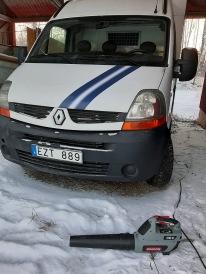 210127 Med en bra lövblås är det lätt att snöa av lastbilen som var helt snötäckt.