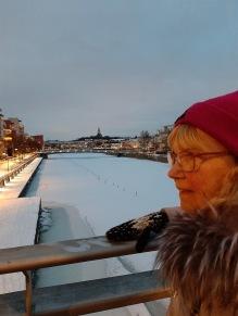 210217 Mamma i snöiga sjöstaden.