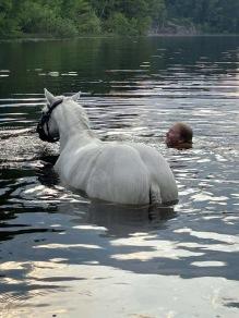 Elever och hästar svalkar sig i sjön efter träningarna :) Här är det Ella och Salstas Mr Dynamite.