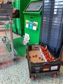 """Stapeln med jordgubbar var från början högre än mig, och när alla kunder fått en låda gratis som """"tack för tålamodet med strulet """" var det bara dessa kvar när dagen var slut."""