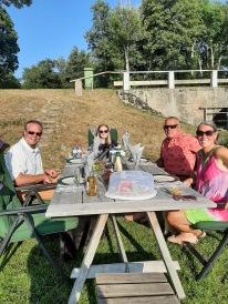 210724 Semester = Middagar vid stranden i goda vänners lag. Nina, Johan och Linnea var först ut :).