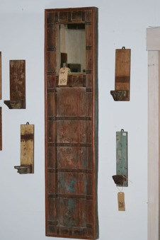Spegel av gammal dörr