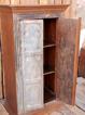 Skåp med antika dörrar.