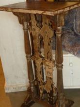 Avlastningsbord av trä och smide.