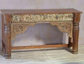 Unikt sidebord av med antika delar.
