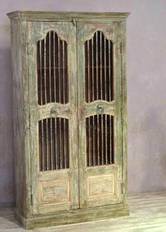 Stort gallerskåp, gamla dörrar.