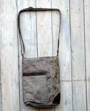 Uppstudsig väska i canvas och skinn