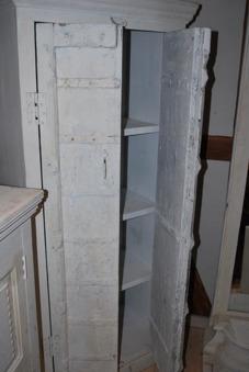 Vitt skåp med antika dörrar