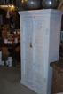 Vitt skåp med antika dörrar.