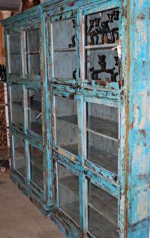 Bokskåp med glid-dörrar.