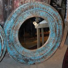 Spegel med handkarvad ram