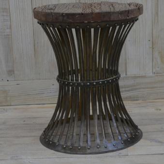 Stålbord med träskiva med ruffig yta.